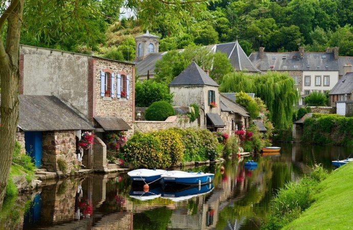 Pour quelles raisons visiter le village de Saint-Céneri-le-Gérei ?